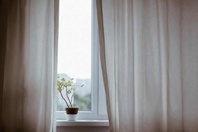 Занавески на фоне белого окна